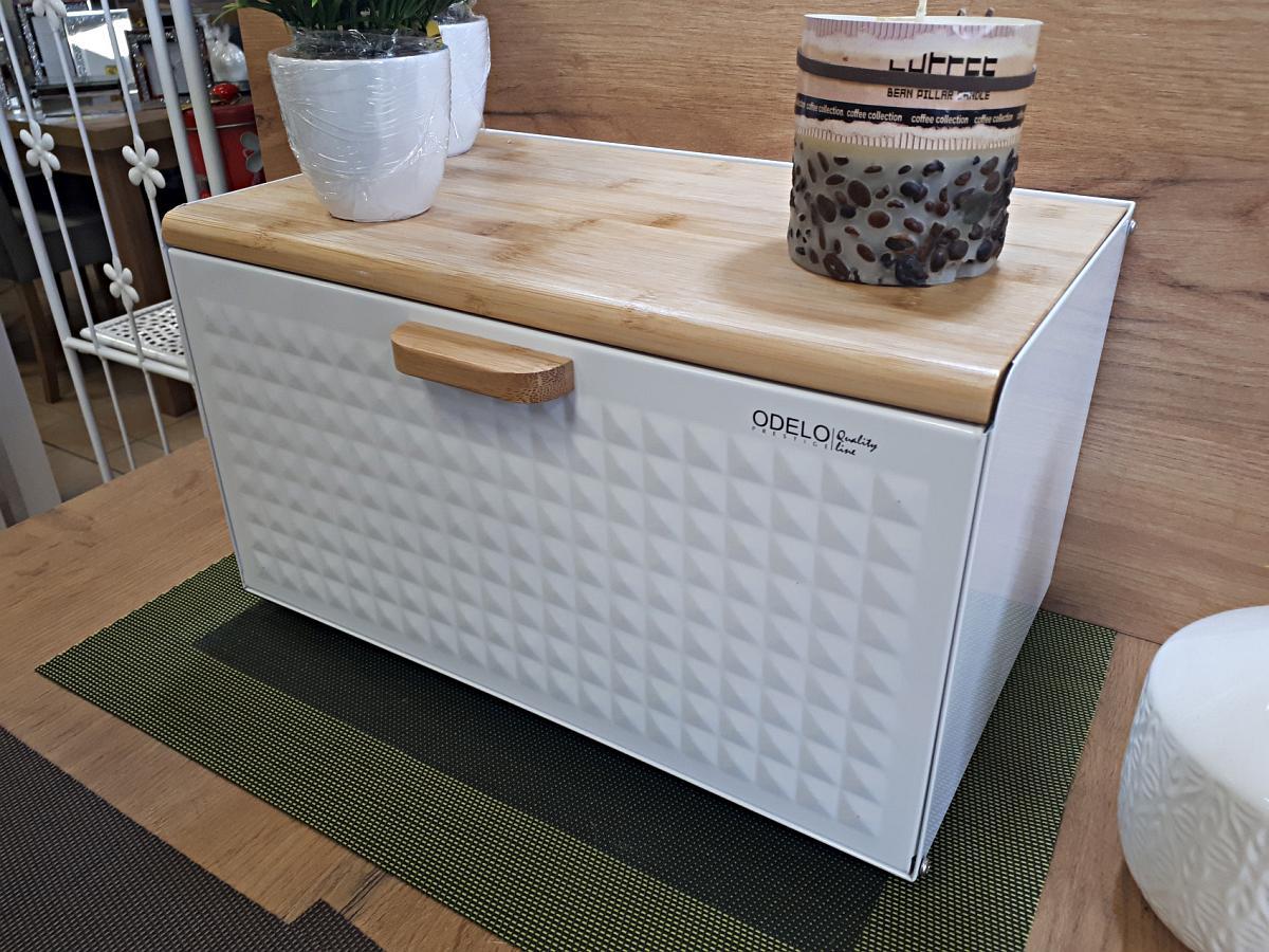 Dla odmiany chlebak biało drewniany sprawdzi się w kuchni białej, klasycznej, także nowoczesnej. Kolejna odpowiedź na pytanie jak przechowywać chleb
